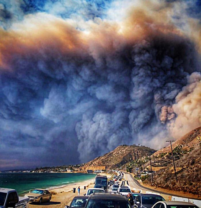 Rauchwolken_des Waldbrands_in_USA_Kalifornien_Malibu_181110_01